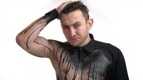 Sexy männliche Arbeitswalze in der Kunst des schwarzen Körpers korrigiert Frisur stock footage