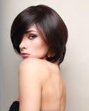 Sexy make-up vrouwelijk model met zwart kort haar Royalty-vrije Stock Foto's