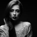 Sexy make-upvrouw in blouse het stellen in donkere schaduw zwarte backgrou Stock Foto's
