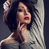 Sexy make-upvrouw met de korte stijl van het loodjeshaar, rode lippenstifttouchi Stock Foto
