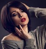Sexy make-upvrouw met de korte stijl van het loodjeshaar, rode lippenstifttouchi Royalty-vrije Stock Foto's