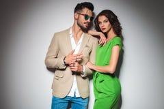Sexy Mann, der seine Ringe zeigt, während Frau auf seiner Schulter sich lehnt stockbild