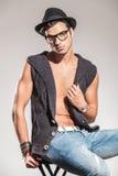 Sexy Mann, der seinen Mantel durch seinen Kragen hält lizenzfreies stockfoto