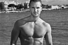 Sexy Mann durch das Meer Lizenzfreies Stockfoto