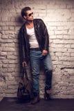 Sexy Mann mit Handtasche. Lizenzfreies Stockfoto
