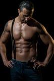 Mann mit schwarzen Hosenträgern über nacktem Kasten Lizenzfreies Stockbild