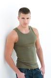 Sexy mannelijk model met een groen hemd Stock Foto's