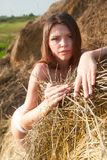 Sexy Mädchen auf Heustapel Lizenzfreie Stockfotografie