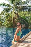 sexy meisje in bikini en zonnebril het leunen stock fotografie