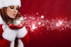Sexy meisje dat de kleren van de Kerstman draagt stock fotografie