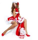 Sexy meisje die de kleren van de Kerstman dragen Stock Foto's