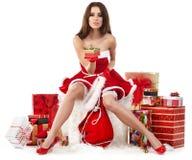sexy meisje die de kleren van de Kerstman met Kerstmis g dragen royalty-vrije stock afbeelding