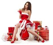 sexy meisje die de kleren van de Kerstman met Kerstmis g dragen royalty-vrije stock foto