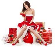 sexy meisje die de kleren van de Kerstman met Kerstmis g dragen stock fotografie