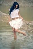 Sexy meisje die in rivier lopen Stock Afbeelding