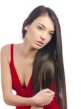 Sexy meisje die in rode kleding weg romantisch kijken stock fotografie