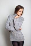 Sexy meisje in een grijze kleding Royalty-vrije Stock Afbeeldingen