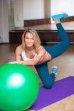 Sexy meisje in een gymnastiek die yoga op de bal doen Stock Afbeeldingen
