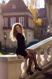 Sexy meisje in een zwarte kleding Stock Afbeeldingen