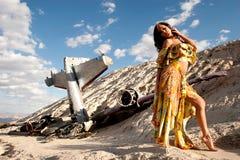 Sexy meisje en vliegtuigneerstorting in woestijn royalty-vrije stock foto's