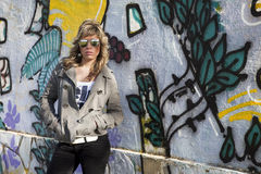 Sexy meisje in graffitimuur Royalty-vrije Stock Afbeeldingen