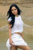 Sexy meisje in het witte lopen in rivier Stock Foto