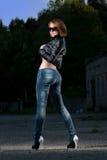 Sexy meisje in jeansstijl Stock Foto's