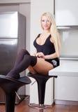 Sexy meisje in keuken Stock Foto's