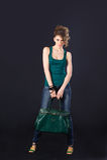 Sexy meisje met groene zak Royalty-vrije Stock Foto's