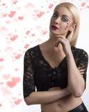 Sexy meisje met hart gevormde decoratie en hand dichtbij het gezicht Royalty-vrije Stock Fotografie