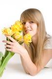 Sexy meisje met heldere gele tulps Royalty-vrije Stock Foto's