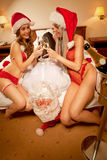 meisje om de Kerstman zoals gevangene genomen te hebben Stock Afbeelding