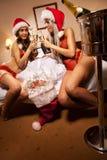 meisje om de Kerstman zoals gevangene genomen te hebben Royalty-vrije Stock Afbeeldingen