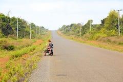 sexy meisje op de weg met haar motor die Laos reizen Stock Afbeelding