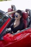 Sexy meisje op een cabrio het reizen door auto met een mooie meisje liftpret Stock Foto's