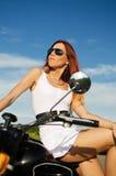 Sexy meisje op een motor Stock Foto's