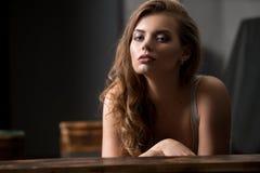 Sexy meisje op het portret van de bankstudio stock afbeeldingen