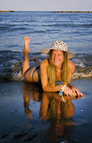 meisje op het strand Stock Foto's