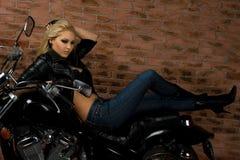 Sexy meisje op motor Stock Foto's