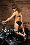 Sexy meisje op motor Stock Afbeeldingen