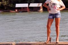 Sexy meisje op rivier stock foto