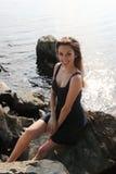 Sexy meisje op rotsen stock foto's