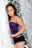 Sexy meisje in purpere van de het boudoirmanier van het lingeriekorset het ondergoedmo Stock Fotografie