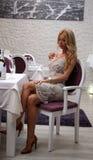 Sexy meisje in restaurant Stock Foto's