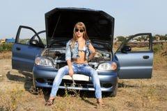 Sexy meisje-werktuigkundige dichtbij de auto Royalty-vrije Stock Fotografie