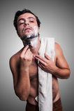 Sexy mens die zijn baard scheert Stock Fotografie