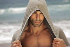 Sexy mens in kap in openlucht royalty-vrije stock fotografie