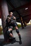 Sexy militärisches bewaffnetes Mädchen mit der Waffe lizenzfreie stockfotografie