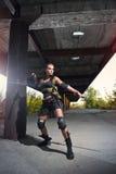 Sexy militärisches bewaffnetes Mädchen mit der Waffe lizenzfreies stockbild