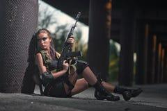 Sexy militair bewapend meisje met het wapen, sluipschutter Royalty-vrije Stock Foto